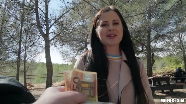 Женщины трахаются за деньги в общественных местах смотреть онлайн