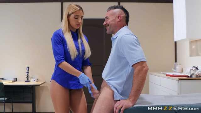 Heiße Krankenschwester hilft dem Patienten