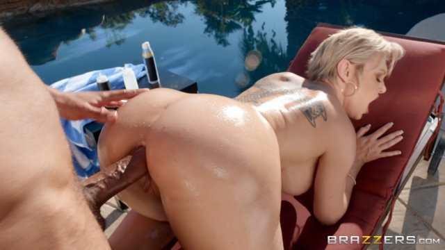 Lesbiennes blondes profitent de la piscine